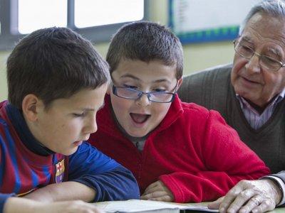 Voluntarios para fomentar la lectura: el programa escolar Lecxit aterriza en Navarra