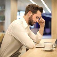 Cuando el trabajo híbrido acaba discriminando a los teletrabajadores: varios estudios señalan que el personal de oficina se relaciona mejor y asciende más