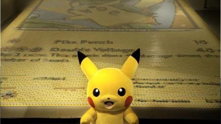 Crean la tarjeta de Pikachu más grande del mundo con cartas coleccionables