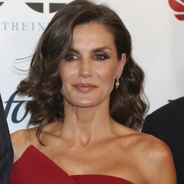 """Doña Letizia deslumbra de nuevo con un vestido rojo en el 30º aniversario de """"El Mundo"""""""