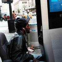 Nueva York tiene dos problemas con sus nuevas estaciones de internet: vagabundos y porno