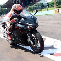 Marc Márquez prueba la nueva Honda CBR250RR, y se da un baño de masas en Indonesia