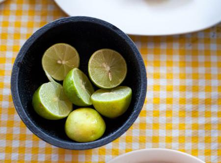 Limón mexicano en la mesa