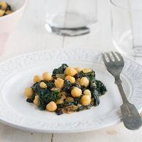 Salteado de garbanzos con espinacas frescas, pasas y piñones, receta fácil, rápida y deliciosa