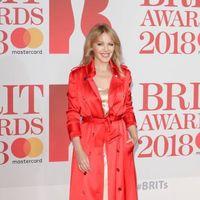 Kylie Minogue se decanta por el trench lencero en color pasión, un look más de San Valentin que de Brit Awards