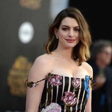 Entrenamiento con mancuernas: este es el único ejercicio que hace Anne Hathaway para mantenerse en forma
