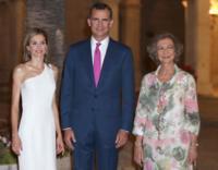 ¡La Reina Letizia vuelve a encandilar de blanco y con asimetrías! ¿No es una de las monarcas más elegantes?