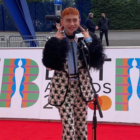 alfombra roja brit awards 2021 olly alexander