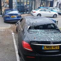 Alguien voló sobre el nido de Mercedes-Benz con su Tesla Model S y se pegó un tremendo barrigazo