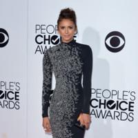 Nina Dobrev it girl perfil vestido negro pedrería Jenny Packham People Choice Awards 2014