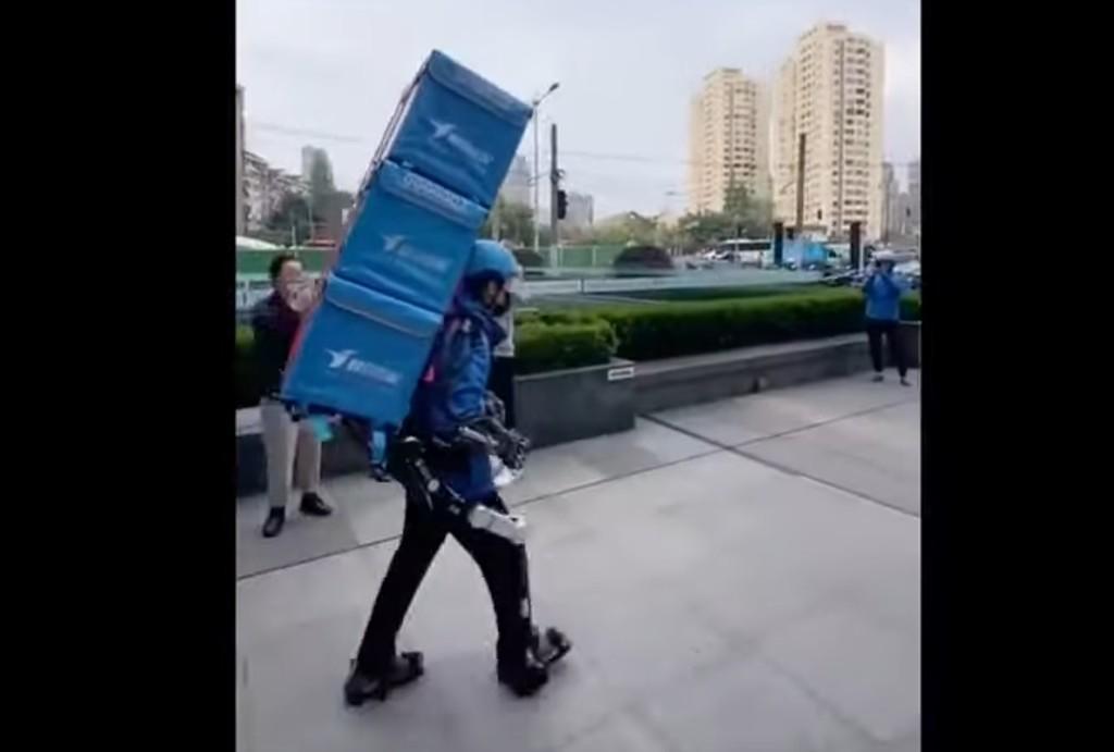En China los mensajeros comienzan a usar exoesqueletos para cargar con 50 kg a la espalda como si nada