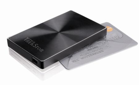 Disco duro TrekStor DataStation Microdisk de 120 GB y el tamaño de una tarjeta de crédito