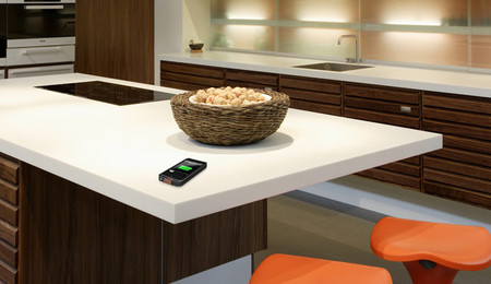 Carga el móvil en la encimera de la cocina