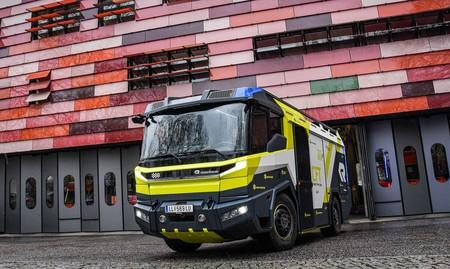 Menos humos: este camión de bomberos es eléctrico, desarrolla 476 CV y apagará fuegos por Europa