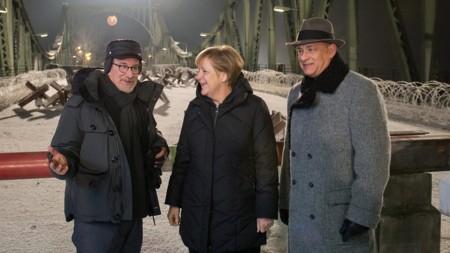 Steven Spielberg, Angela Merkel y Tom Hanks durante el rodaje de El Puente de los Espías
