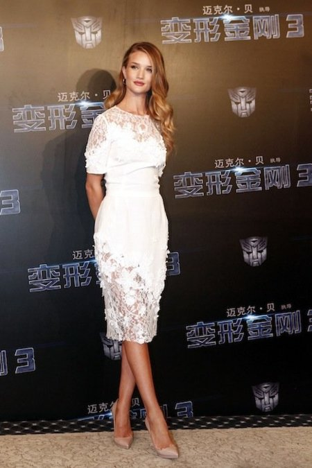 Rosie Huntington Whiteley, blanca y radiante de Dolce & Gabbana