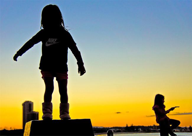 Niños jugando al aire libre 3