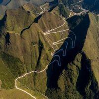 China, hogar de las carreteras más peligrosas del mundo, ha logrado comunicar el último pueblo aislado en las montañas