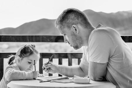 padre con hija dibujando