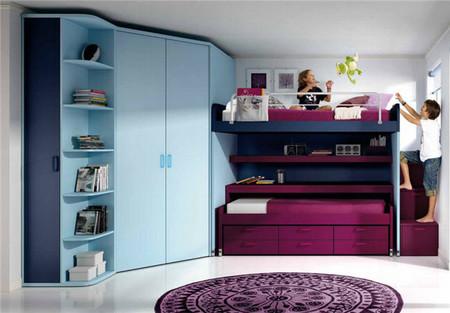 Mueble multifunción que alberga dos camas y varios espacios para guardar los objetos de los niños