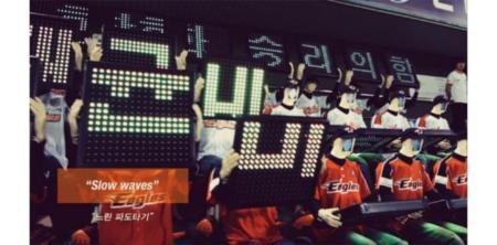 Robots en el estadio para hacer llegar los mensajes y rostros de aficionados, cosas de Corea del Sur