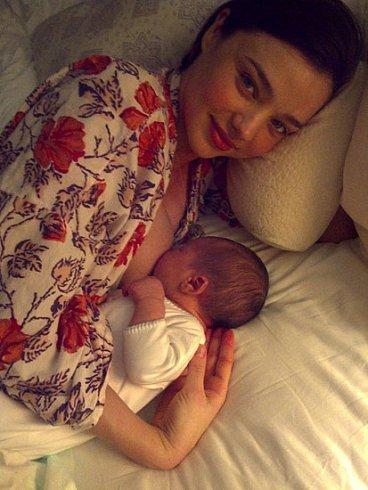 ¿No se os cae la baba con la primera foto del nene de Miranda Kerr y Orlando Bloom?