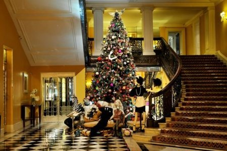 Alber Elbaz vuelve a casa, el Claridge, por navidad (y lo decora)