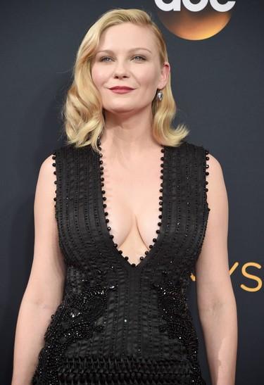 Kirsten Dunst enamora con su Givenchy para los Premios Emmy 2016