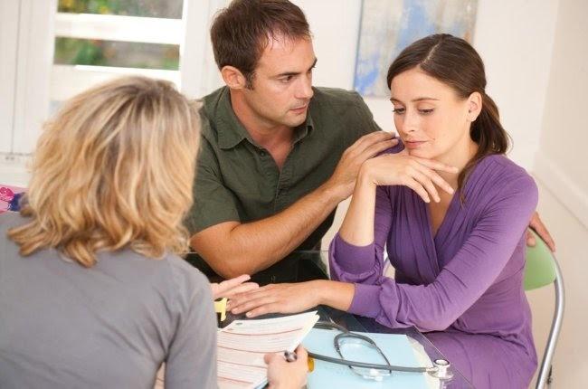 pareja en el médico por problemas de fertilidad