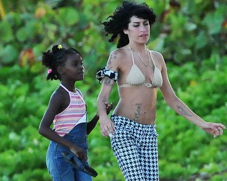 Amy Winehouse está pensando en adoptar