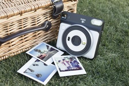 La cámara instaxSquare SQ6 de Fujifilm es el complemento que falta en nuestros ambientes de verano