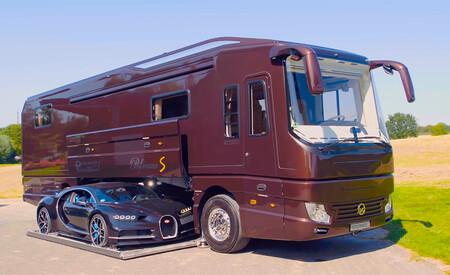 Más que una autocaravana: esta mansión con ruedas cuesta 2 millones y puede llevar un Bugatti Chiron (no incluido)