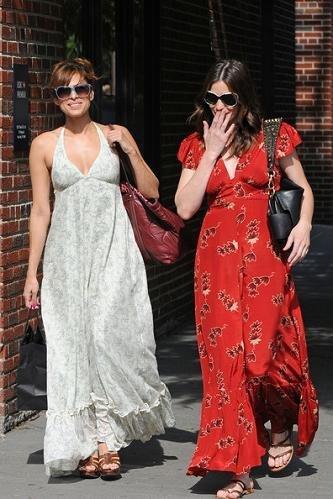 Moda de calle según las celebrities: vestidos largos, superposiciones y botines zueco para la primavera 2010
