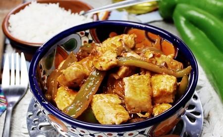 Pollo con chile poblano y tomate seco. Receta en video