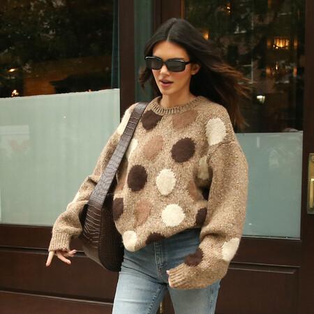 Kendall Jenner nos inspira para cazar estos jerséis de punto en tonos neutros que quedan de muerte con unos vaqueros