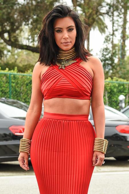 Kim Kardashian rescata el crop top para la fiesta pre-Grammy de RocNation, ¡y lo peta!