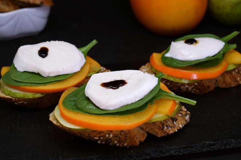 Tostas de caqui persimón, pera y mozzarella: receta para un aperitivo de otoño