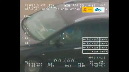 El irresponsable del año: el Pegasus de la DGT caza a un conductor jugando con un cubo de Rubik al volante