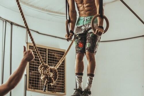 Entrenamiento intenso de CrossFit: un WOD de fuerza para usuarios avanzados
