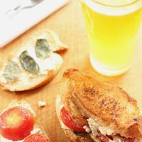 Sandwich de requesón, jitomate y albahaca. Receta