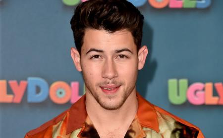 La camisa hawaiiana ya no resulta un cliché de verano cuando la luces como lo hace Nick Jonas