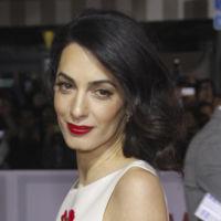 Qué susto creíamos que Amal Clooney se había cortado el pelo y resulta que era un falso shortbob