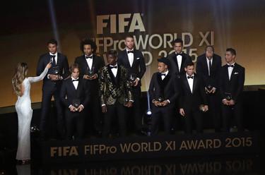 Los originales smokings de nuestros futbolistas en la Gala Balón de Oro
