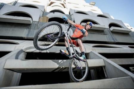 Kenny Belaey en bici sobre la cuerda floja (Vídeo)