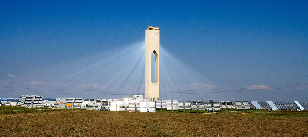 La primera planta solar de torre central en explotarse comercialmente está en Sevilla: una pionera que ha sobrevivido a otras más ambiciosas