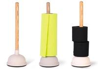 Una buena idea: un desatascador como soporte para papel higiénico y de cocina