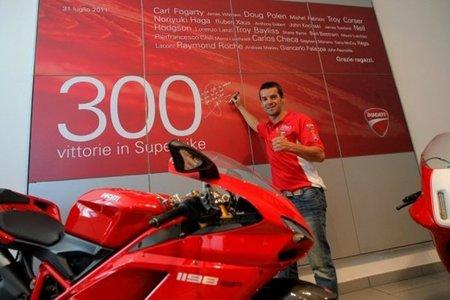 Carlos Checa da fe de las 300 victorias de Ducati en Superbikes