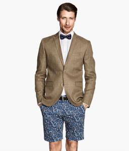 Dilema a la vista: ¿admitimos las chaquetas combinadas con bermudas para el verano?