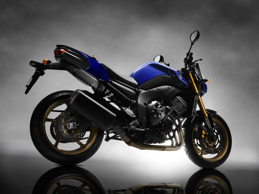 Foto de Yamaha FZ8, el mismo producto con dos enfoques (10/26)