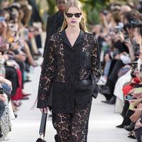Clonados y pillados: el traje más delicado (y cool) se encuentra en Valentino... y también en Zara